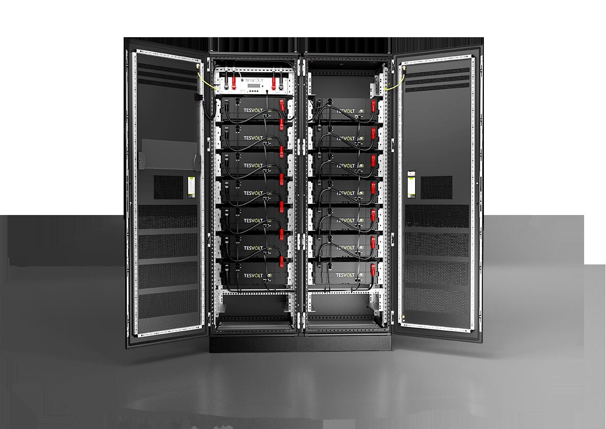 Batteriespeicher für Landwirtschaft, Industrie und Gewerbe mit geöffneten Türen
